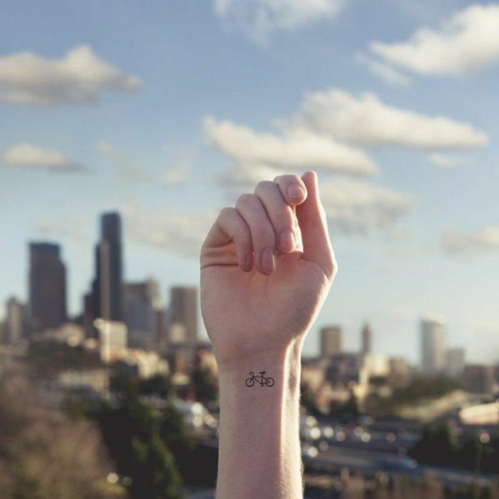 tatuajes-pequeños-en-la-muñeca-de-mujer-tatuaje-de-bicicleta-interesante