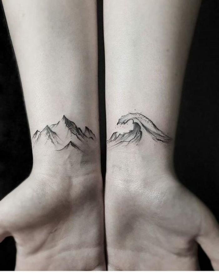 tatuajes-pequeños-en-las-dos-muñecas-una-ola-y-una-montaña-estilizadas-negras