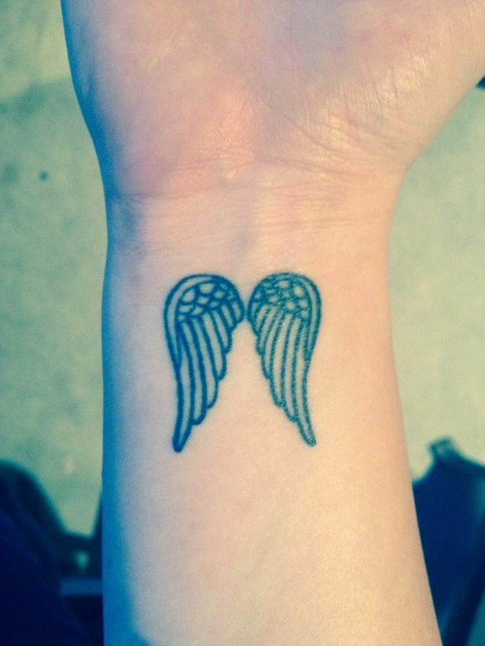 tatuajes-pequeños-hombre-alas-de-angel-estilizados-en-la-nuca