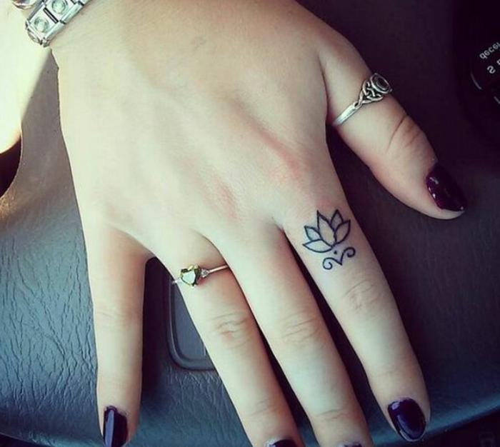tatuajes-pequeños-mano-de-mujer-tatuaje-de-flor-de-loto-en-el-índice