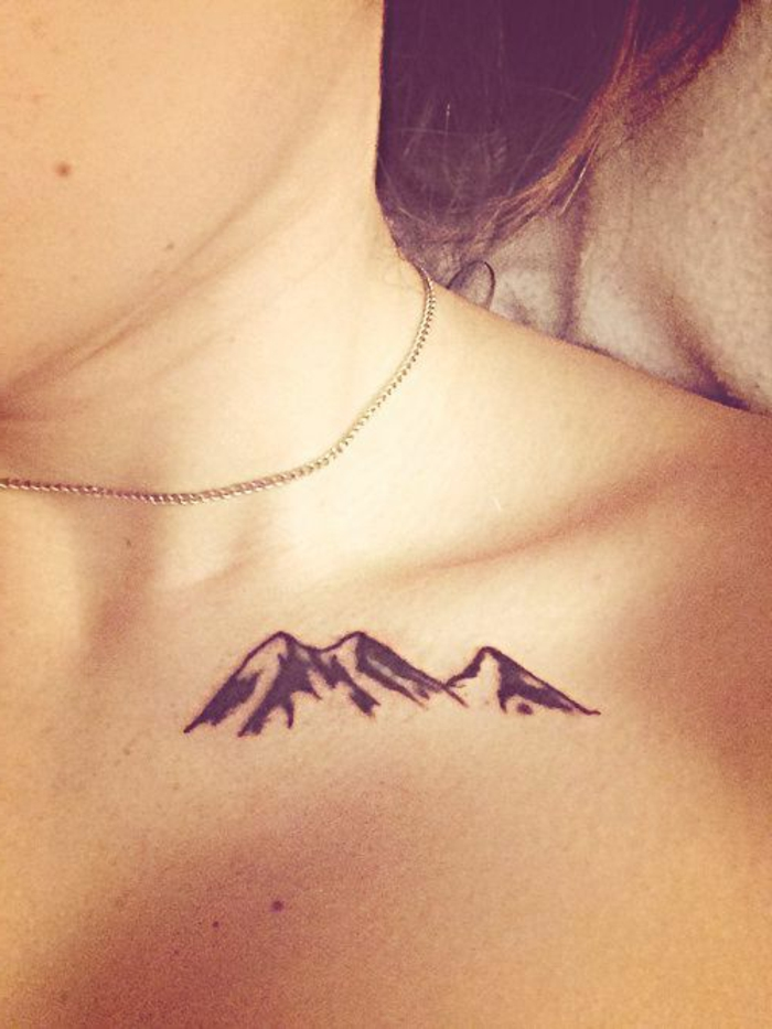 tatuajes-pequeños-montaña-estilizada-bajo-el-cuello-mujer-tatuaje-interesante