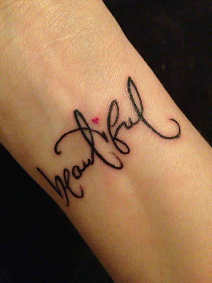 tatuajes-pequeños-mujer-nuca-hermosa-escrito-bonito-corazon
