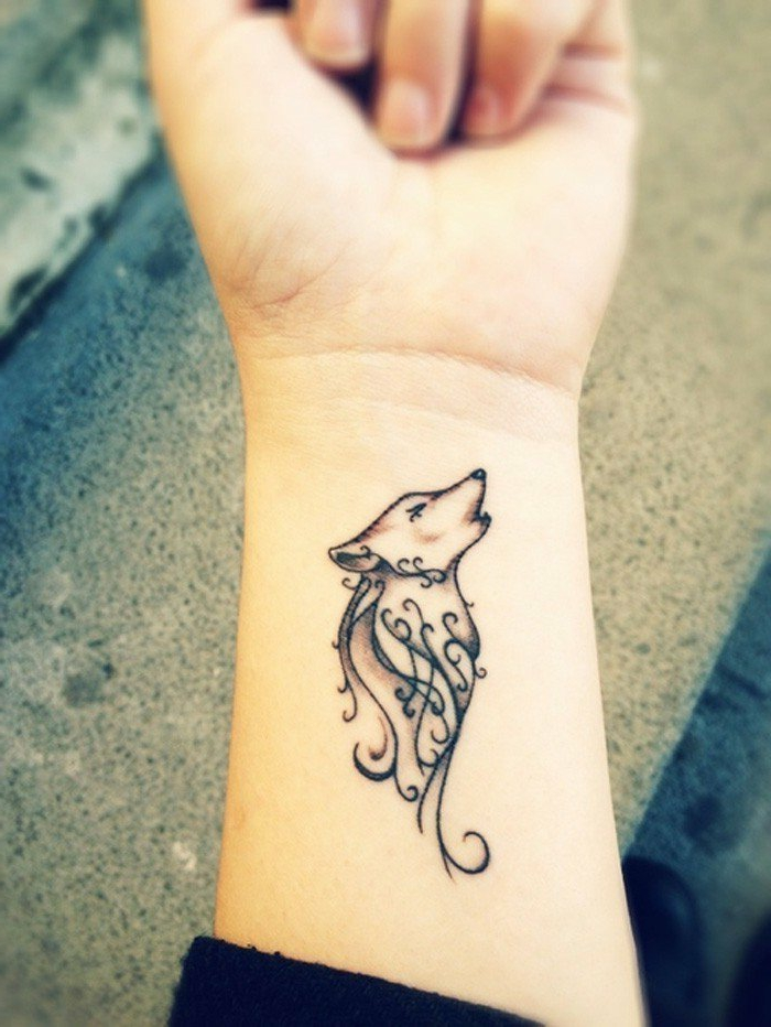 tatuajes-pequeños-mujer-nuca-tatuaje-de-lupo-estilizado-negro-bonito