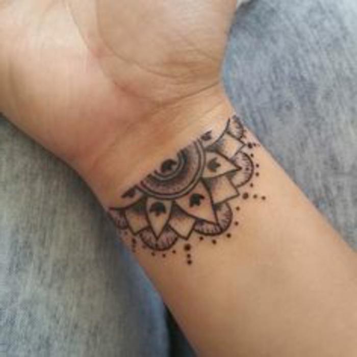 tatuajes-pequeños-y-bonitos-mandala-a-medio-nuca-mujer-femenino