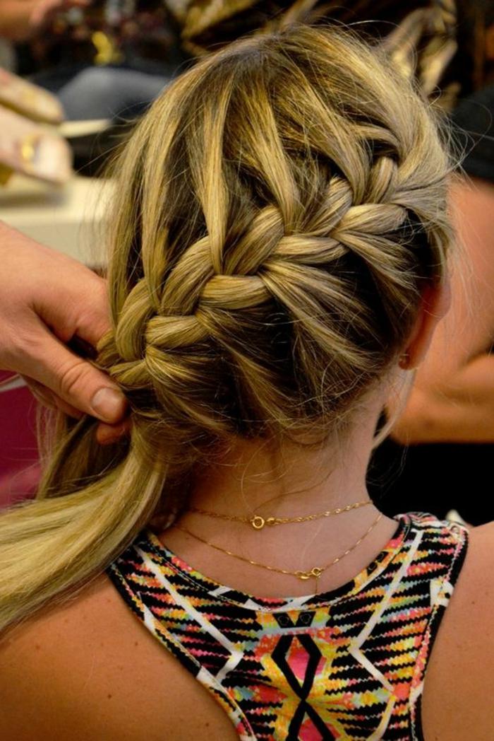 trenzas-de-moda-pelo-largo-trenza-de-pez-pelo-rubio-elegante-bonito
