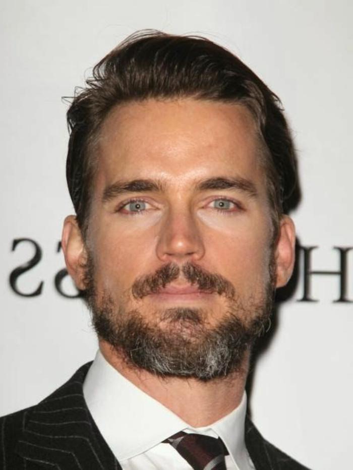 barbas-de-moda-actor-barba-medio-blanca-ojos-azules-pelo-cortado-traje-elegante