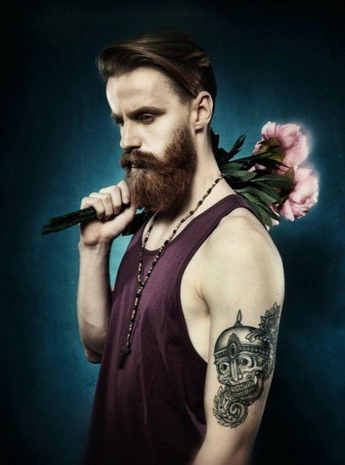barbas-de-moda-hombre-con-tatuaje-barba-larga-flores-pelo-con-raya-al-lado