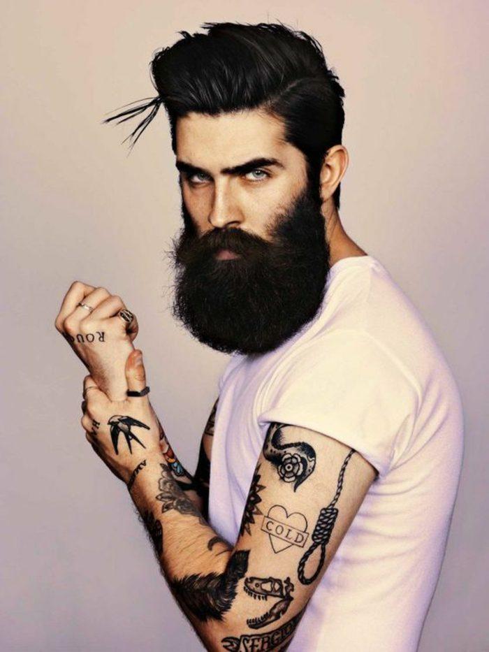 barbas-de-moda-larga-pelo-a-la-moda-camiseta-blanca-tatuajes-ojos-azules-pelo-negro
