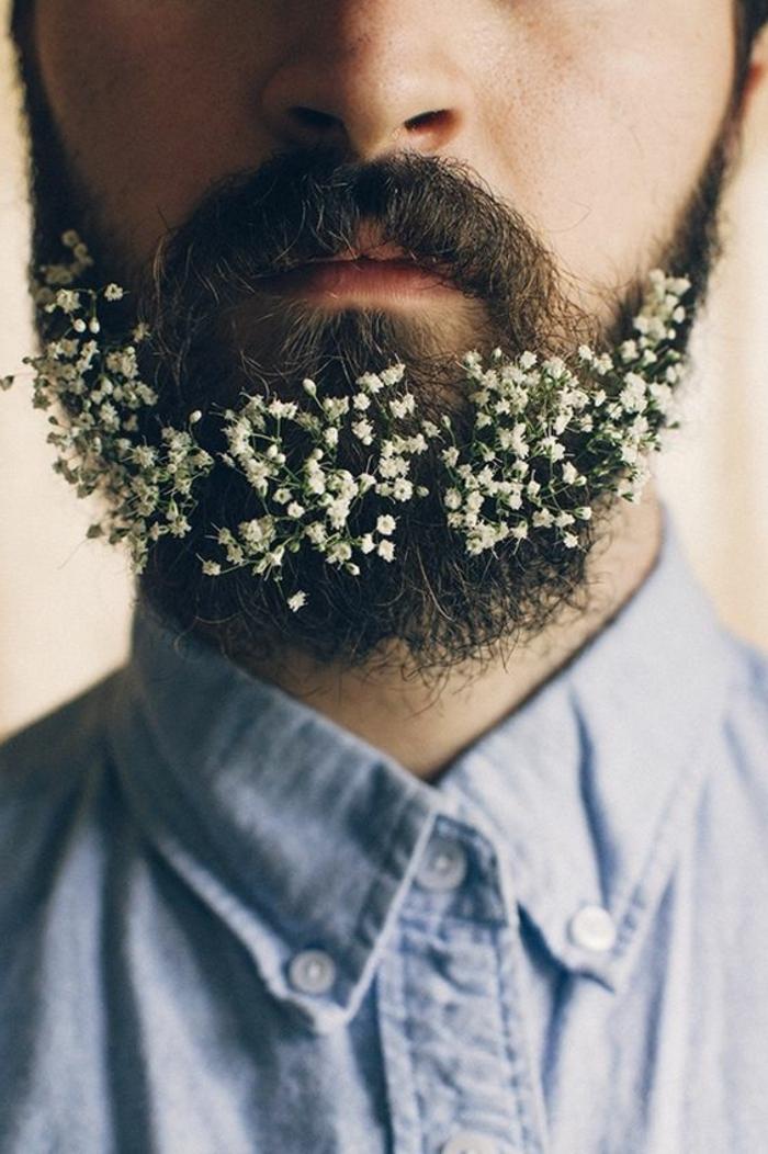 barbas-modernas-hombre-con-barba-larga-camiseta-azul-flores-en-la-barba