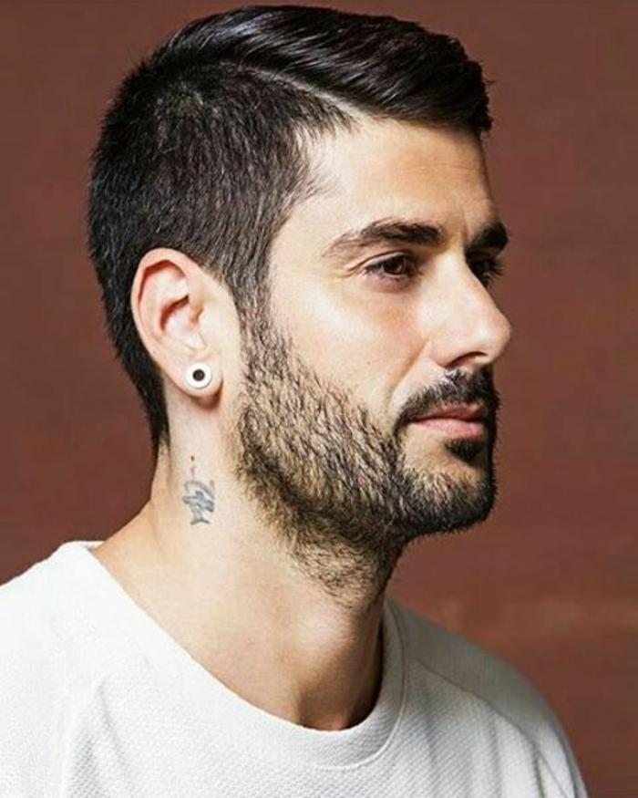 barbas-modernas-hombre-con-camiseta-blanca-pelo-moderno-raya-al-lado