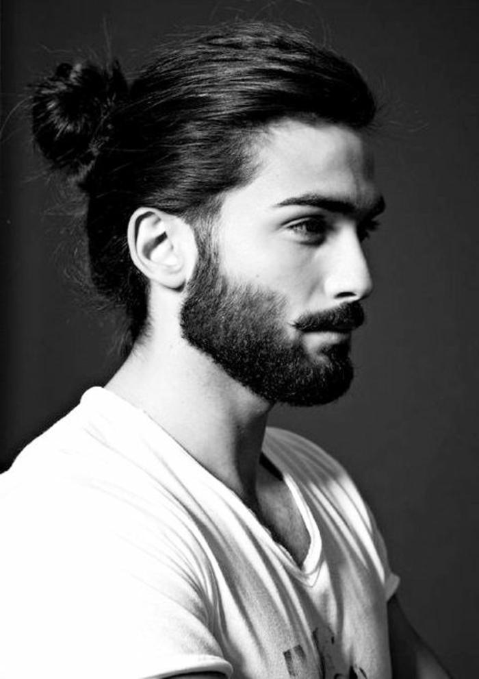 barbas-modernas-pelo-largo-sujetado-foto-blanco-y-negro-camiseta-blanca