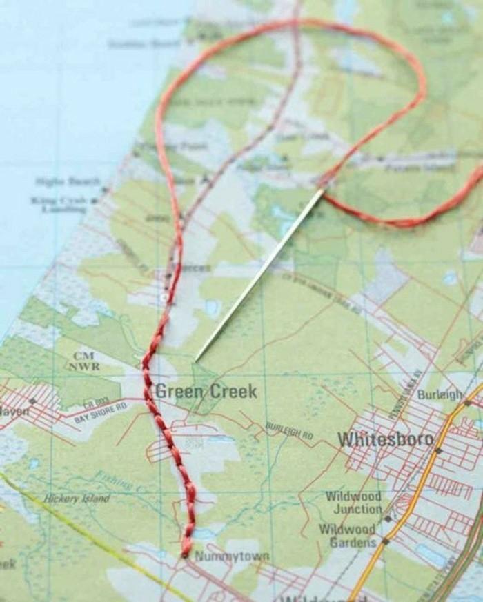 cuaderno-de-viajes-mapa-marcando-el-viaje-con-hilo-y-aguja-creativo-interesante
