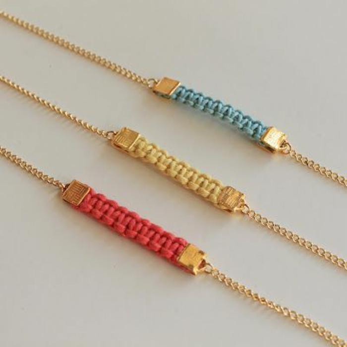 pulseras-de-macrame-tres-colores-azul-amarillo-rojo-imitación-de-oro-diseño-interesante