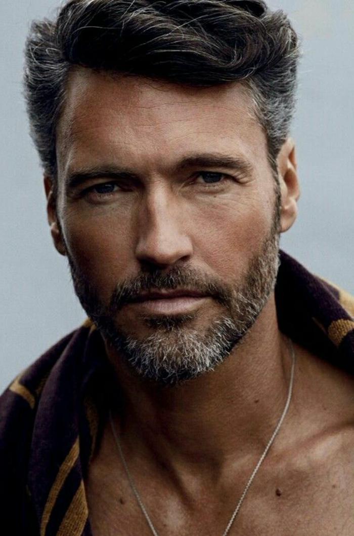 tipos-de-barba-corta-hombre-ojos-azules-pelo-corto-camiseta-de-color