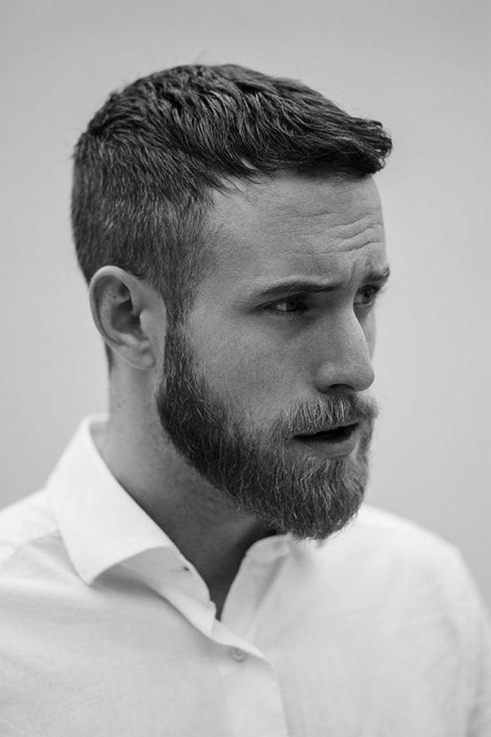 tipos-de-barba-corta-pelo-corto-foto-blanco-y-negro-camiseta-blanca