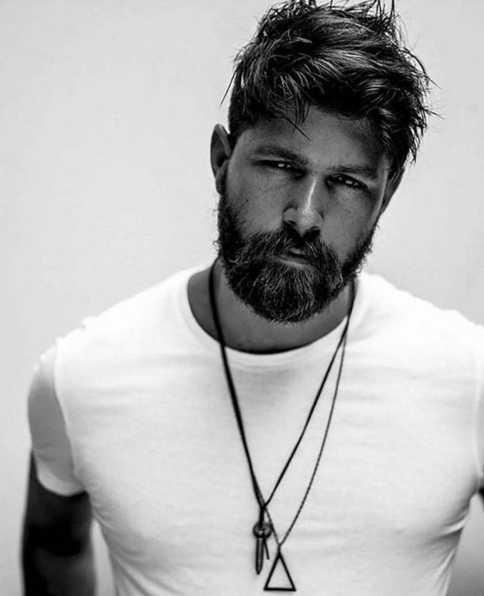 tipos-de-barba-hombre-camiseta-blanca-pelo-medio-largo-accesorios-para-hombres