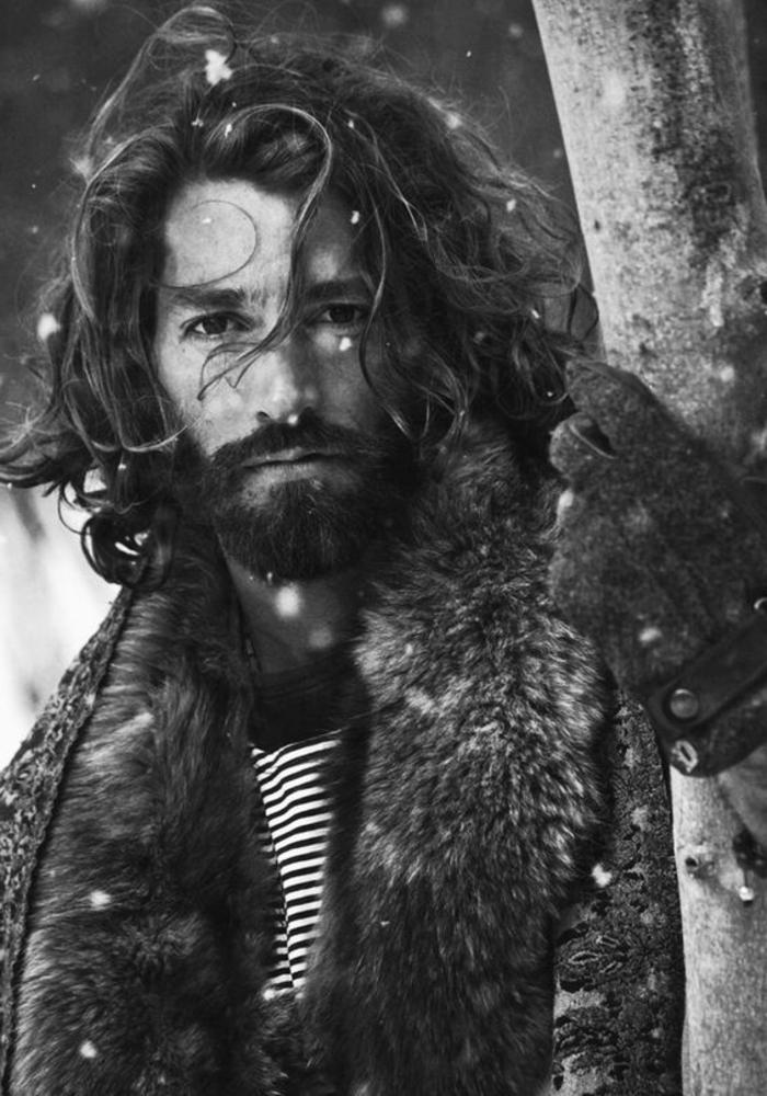 tipos-de-barbas-hombre-con-pelo-largo-barba-larga-foto-blanco-y-negro