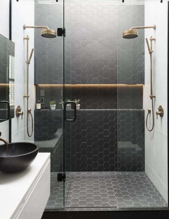 baños modernos, blanco y negro, ducha, elementos dorados, contraste en los colores