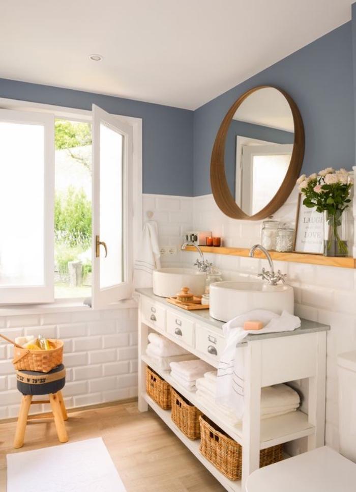 baños modernos, tonos claros, azul, blanco, elementos de madera, dos fregaderos