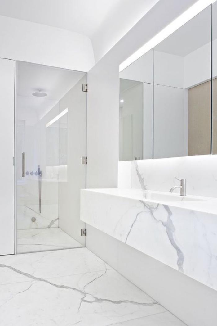 baños modernos, blanco, baño de mármol, espejos grandes, estilo modernista