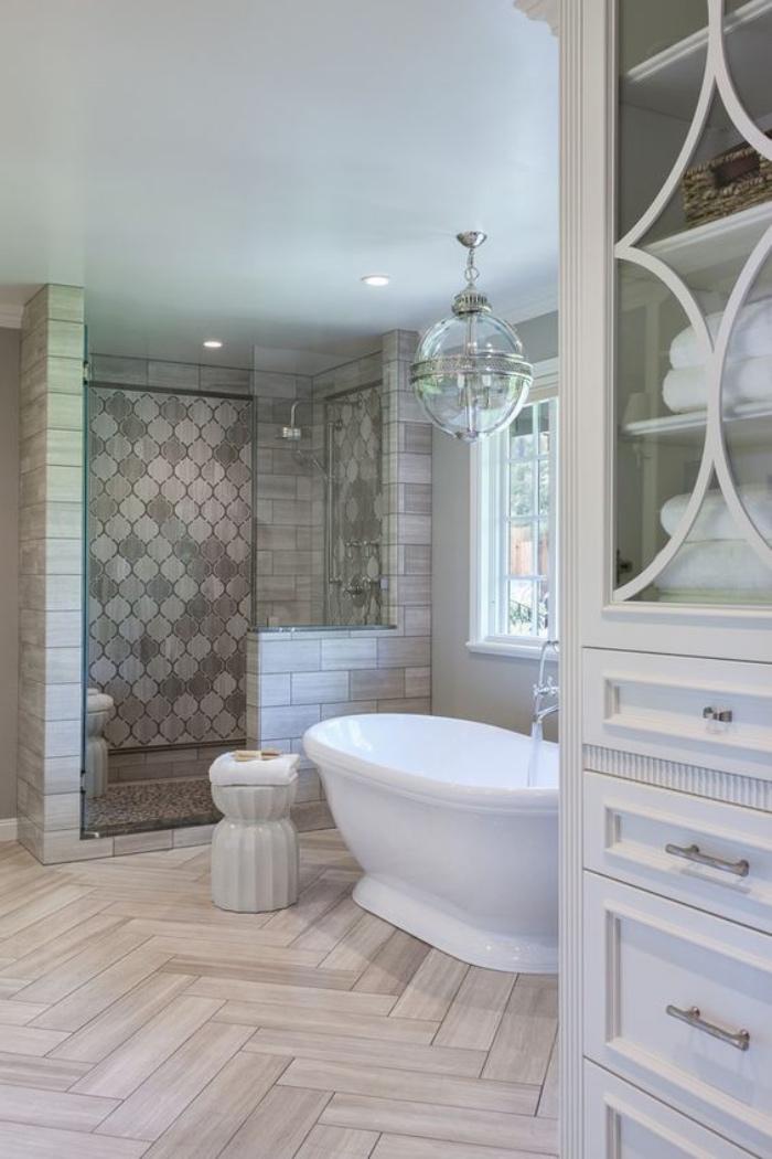 baños modernos, suelo de madera, bañera, muebles blancos, ducha, tonos claros