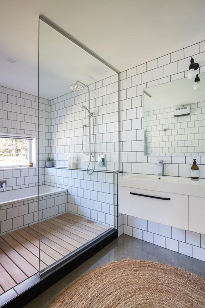 baños modernos, suelo de madera, azulejos blancos, ducha y bañera, espejo pequeño