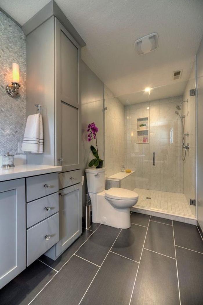 cuartos de baño, muebles en tono gris, ducha, estilo modernista, decoración con flores