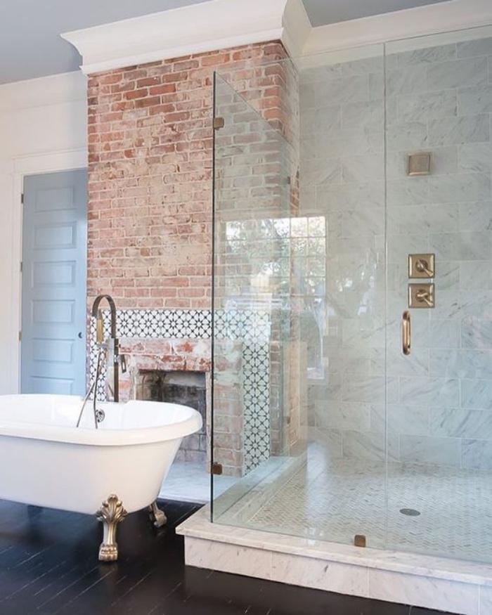 cuartos de baño modernos, ducha espaciosa, tonos claros, bañera con detalles dorados, chimenea