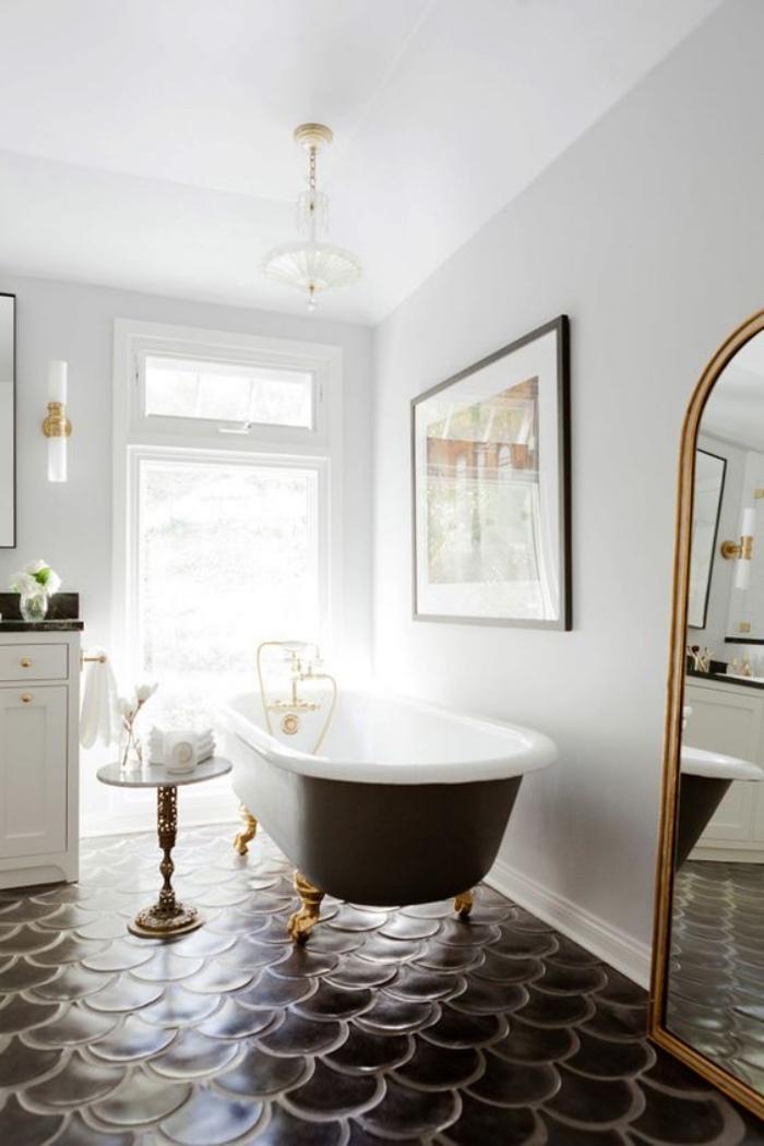 cuartos de baño modernos, suelo negro muy interesante, espejo grande, beñera negra