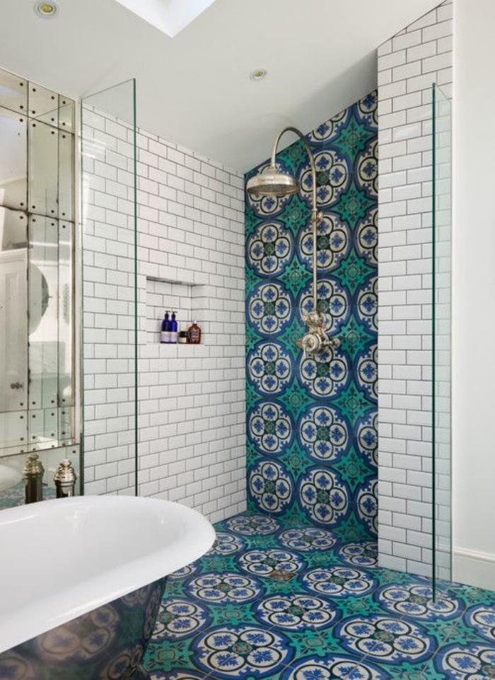 cuartos de baño modernos, azulejos con diseño interesante, verde, azul, blanco, bañera