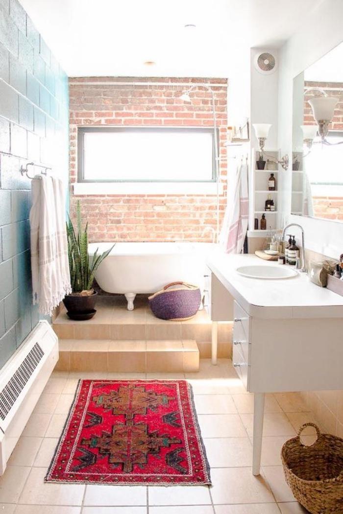 cuartos de baño modernos, tonos claros, pared azul, bañera, muebles blancos, bien decorado