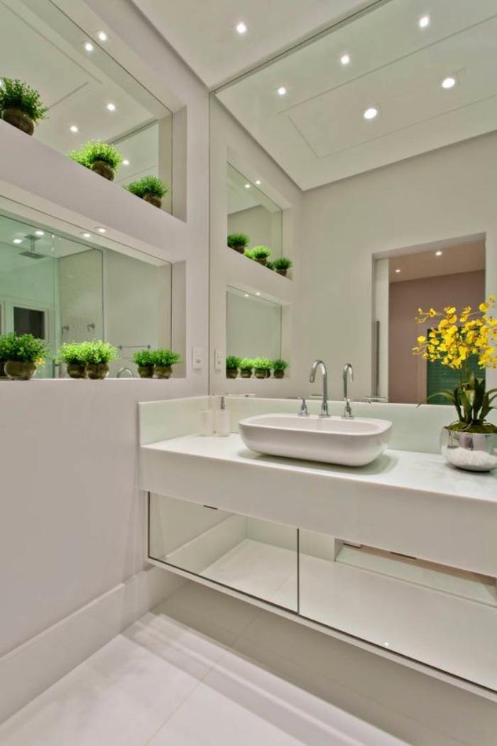 cuartos de baño modernos, color blanco, decoración con flores, espejo enorme