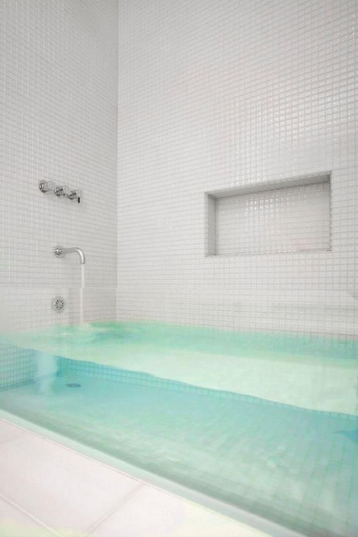 cuartos de baño modernos, mosaico blanco, bañera transparente, diseño interesante