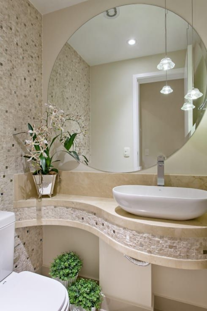 cuartos de baño modernos, diseño interesante, espejo redondo, mosaico, flores