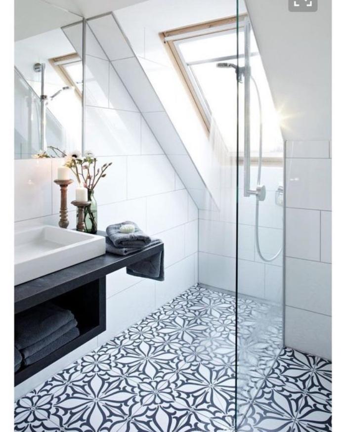 cuartos de baño modernos, blanco, azulejos interesantes, techo inclinado, muebles de madera negros