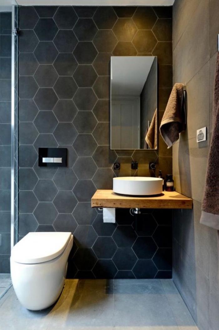 cuartos de baño modernos, tonos oscuros, color negro, baño pequeño, elementos de madera