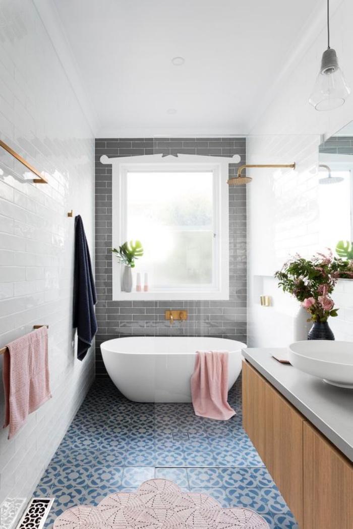 cuartos de baño, azulejos azules, decoración en color rosa, flores, tonos claros