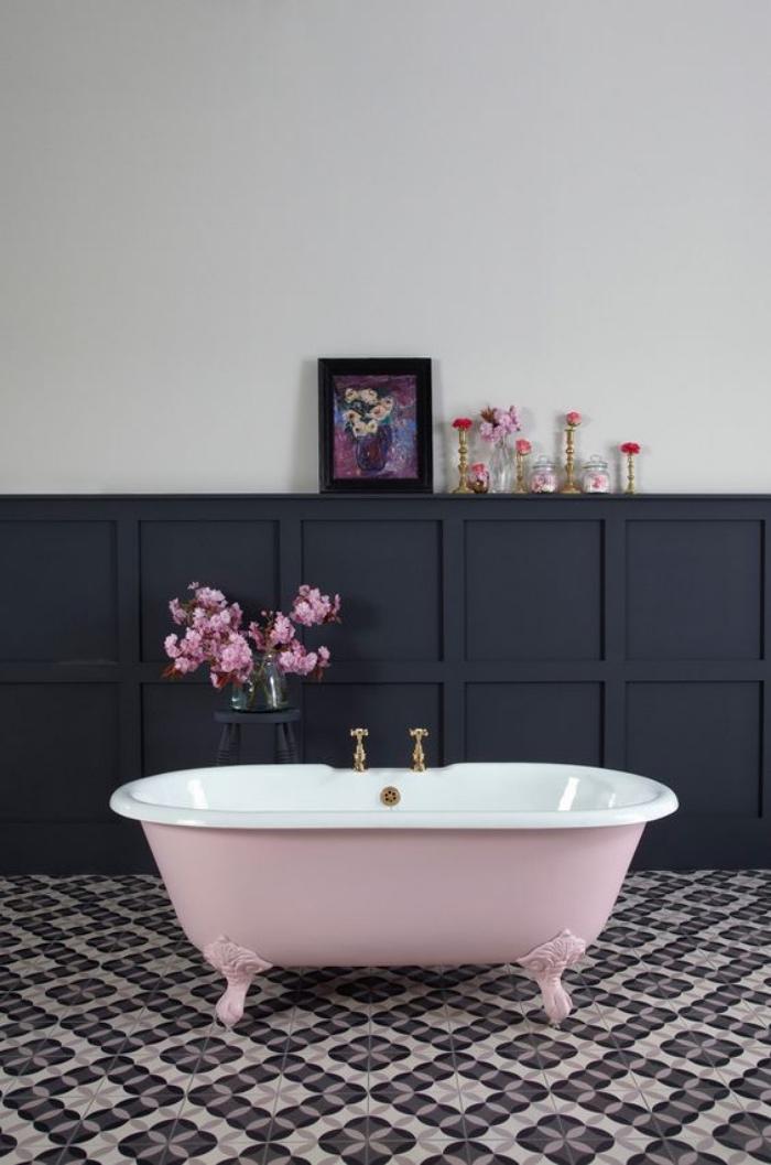 cuartos de baño pequeños, bañera en color rosa, flores, muebles de madera, azulejos interesantes