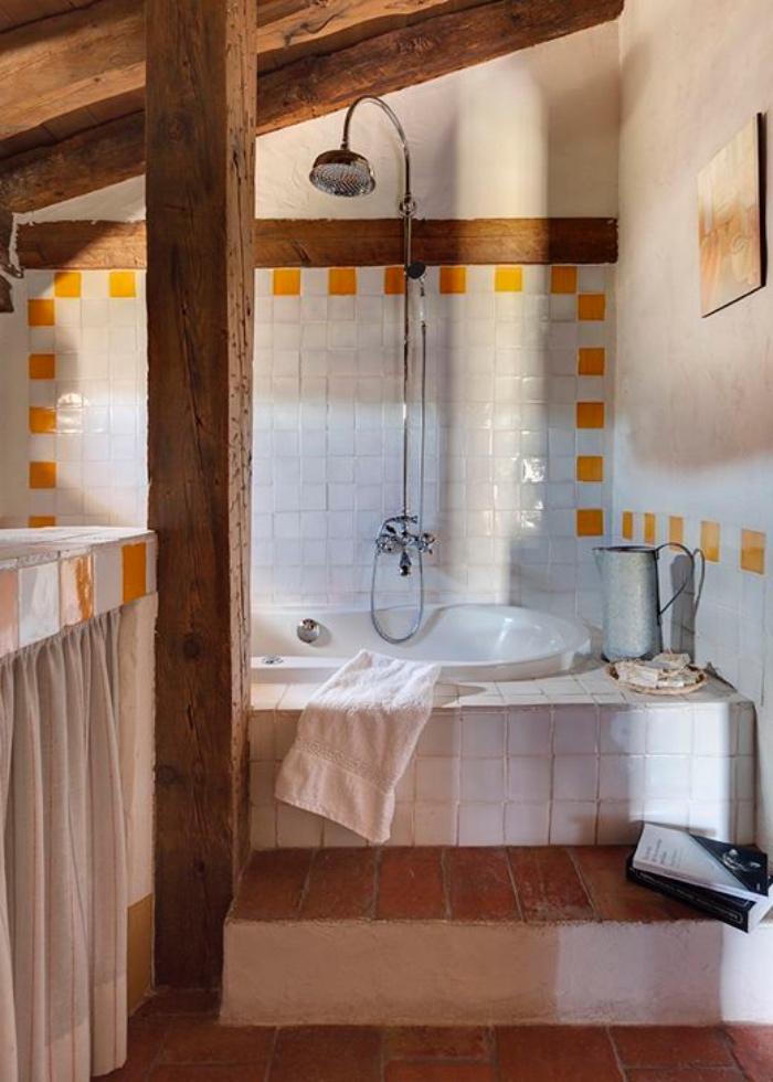 cuartos de baño pequeños, viejo, techo de madera, bañera, tonos claros, amarillo