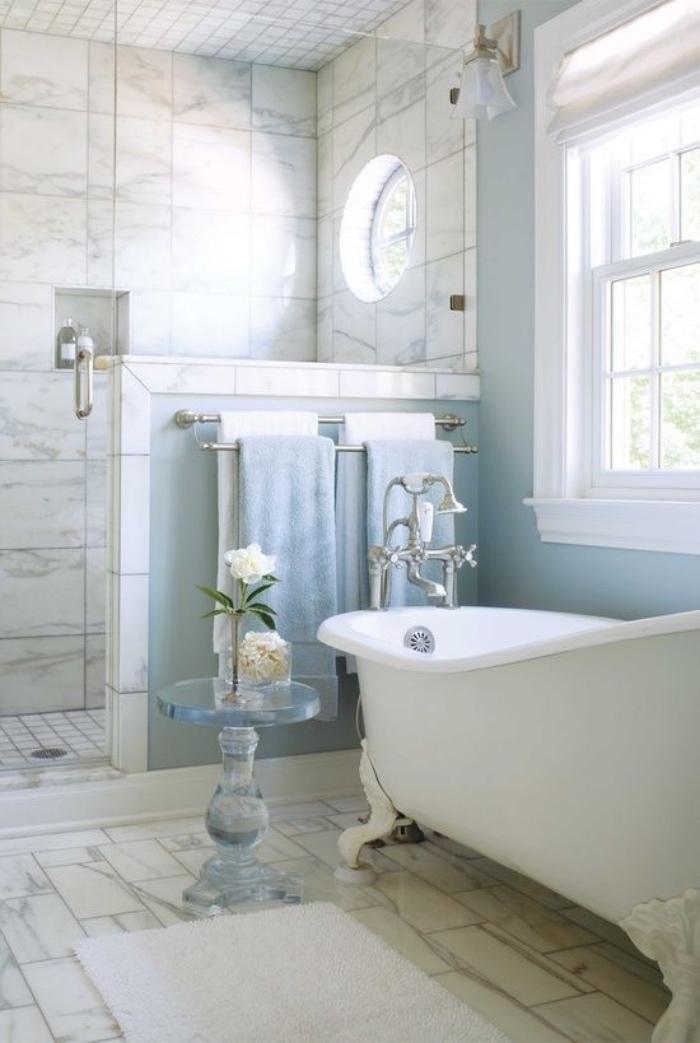 cuartos de baño pequeños, tonos claros, azul, blanco, mármol, bañera, ducha pequeña