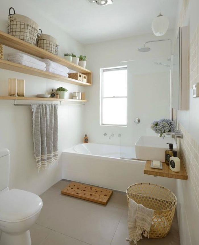 cuartos de baños, tonos claros, blanco, elementos de madera, bañera, decoración simple, flores