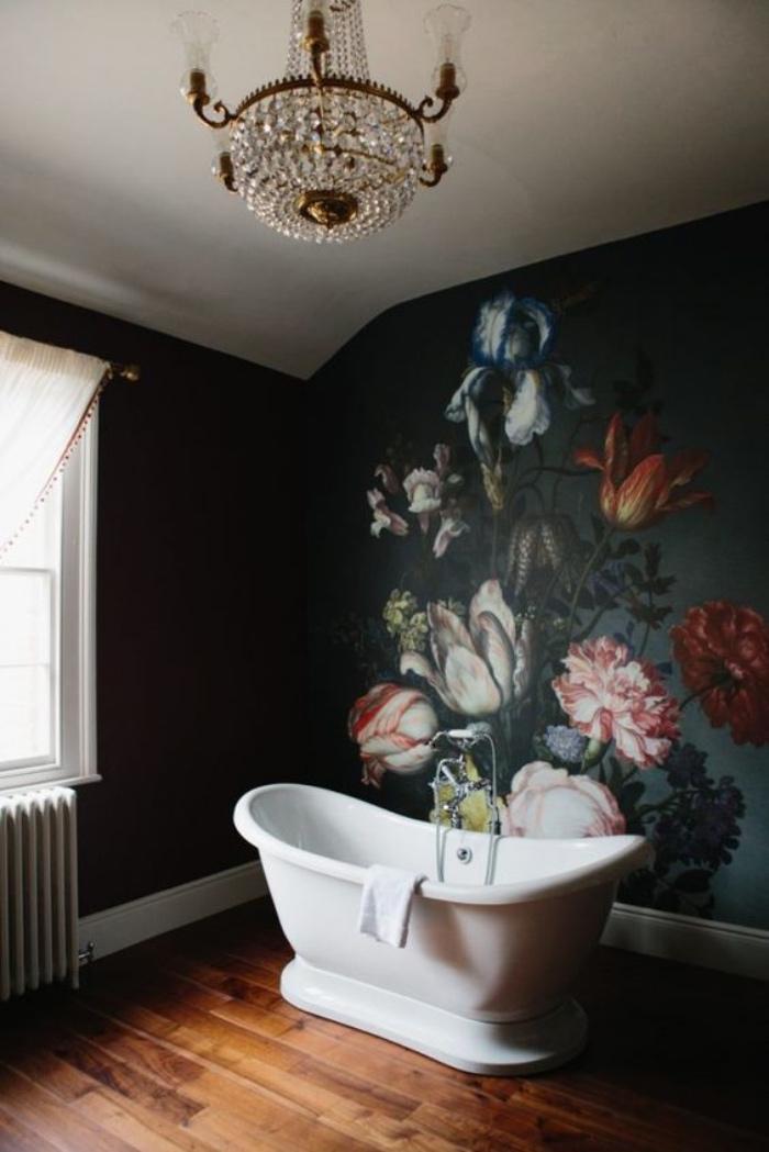 cuartos de baños modernos, dibujo de flores, suelo de madera, bañera, tonos oscuros