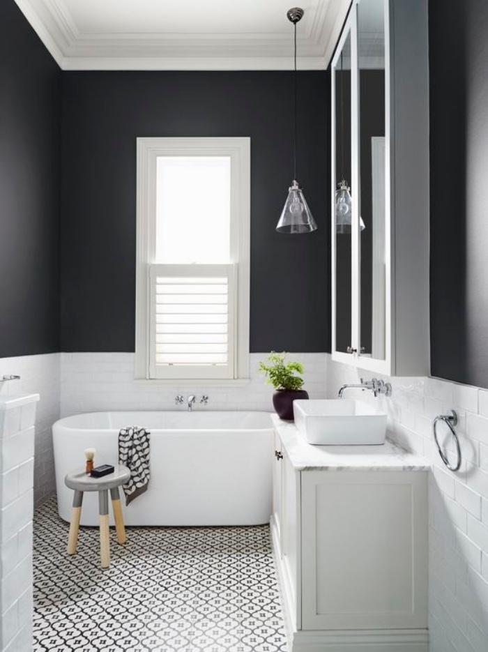 cuartos de baños pequeños, colores contrastes, blanco y azul oscuro, bañera, mosaico
