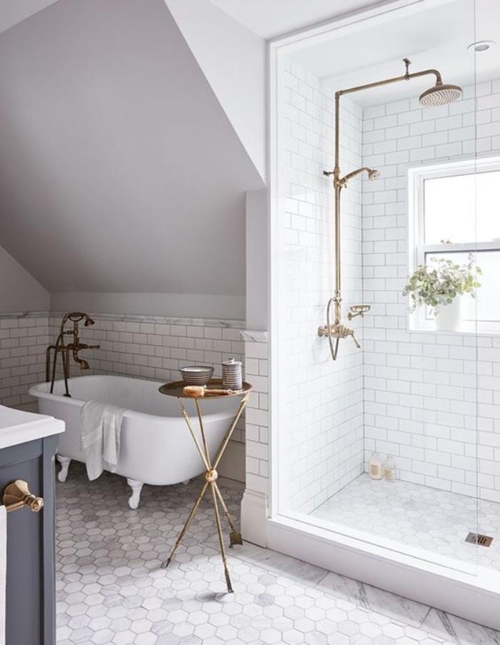 cuartos de baños pequeños, color blanco, detalles dorados, bañera, ducha, plantas