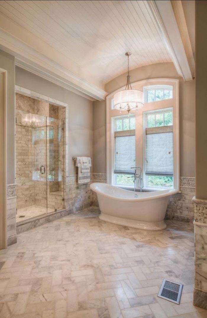 cuartos de baños pequeños, cuarto espacioso, bañera, ventana grande, ducha, tonos claros