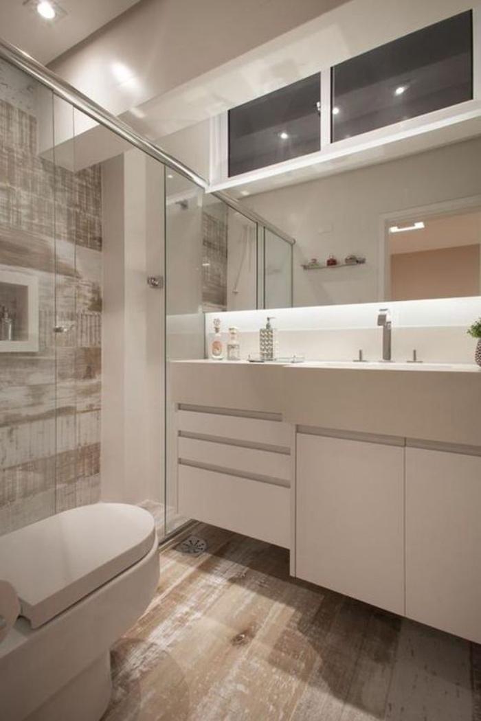 cuartos de baños pequeños, ducha, suelo de madera, color blanco, espejo grande, estilo modernista