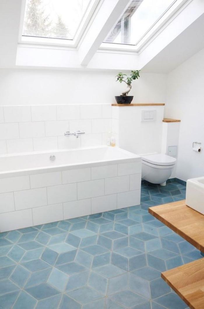 decoración baños, suelo azul, color blanco, muebles de madera, techo inclinado