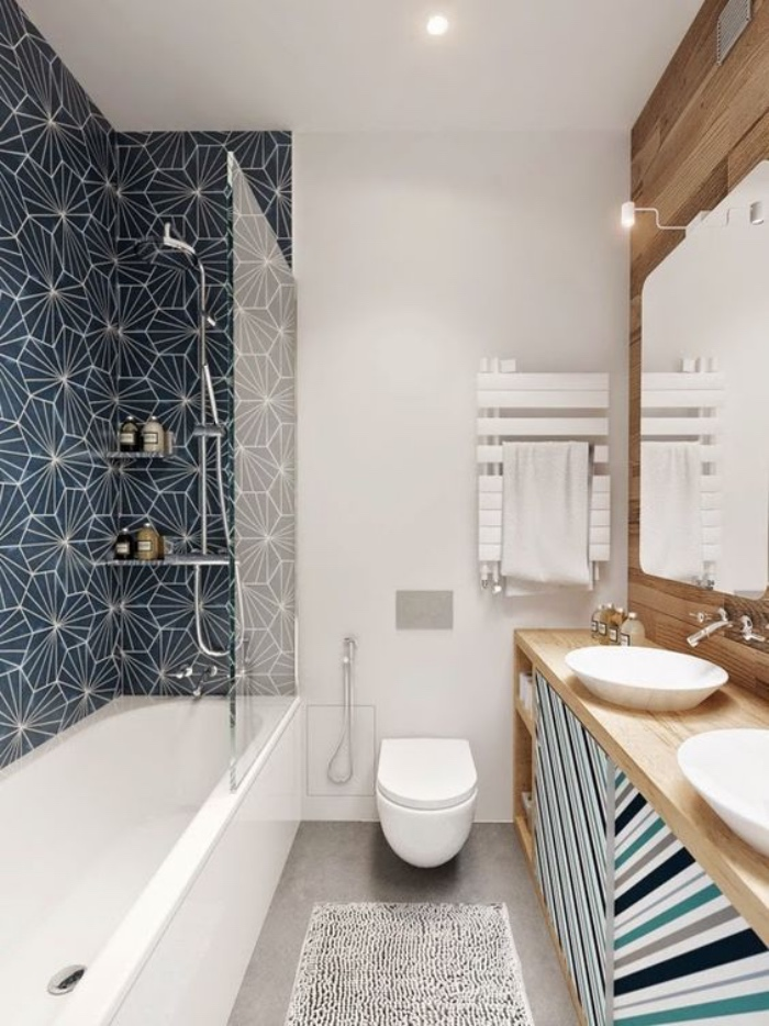 decoración baños, diseño interesante, color blanco, azul, bañera, muebles de madera, dos fregareros