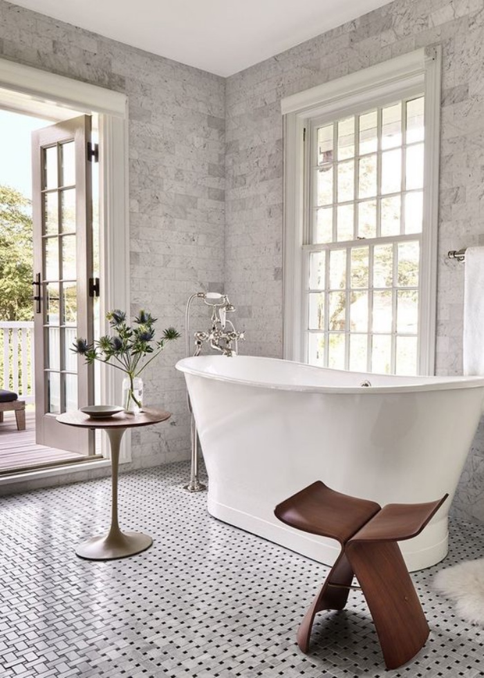 decoración baños, estilo modernista, silla de madera, bañera, tonos claros, mosaico