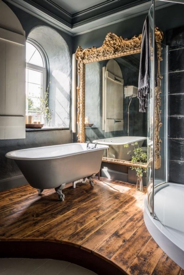 decoración baños, estilo renacentista, espejo enorme estilo renacentista, suelo de madera, bañera